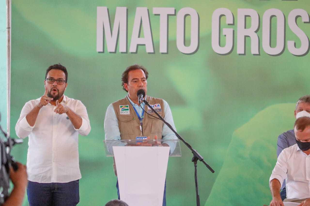 Presidente da Caixa Econômica Federal Pedro Guimarães discursando ao lado do intérprete de Libras. (Foto: Henrique Kawaminami)