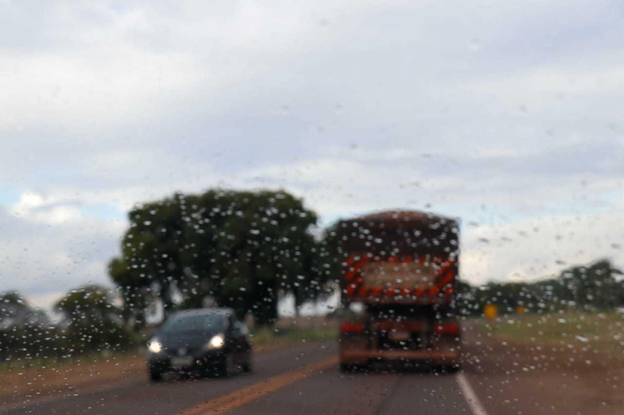 Chuva fraca também foi registrada no anel viário da Capital. (Foto: Henrique Kawaminami)