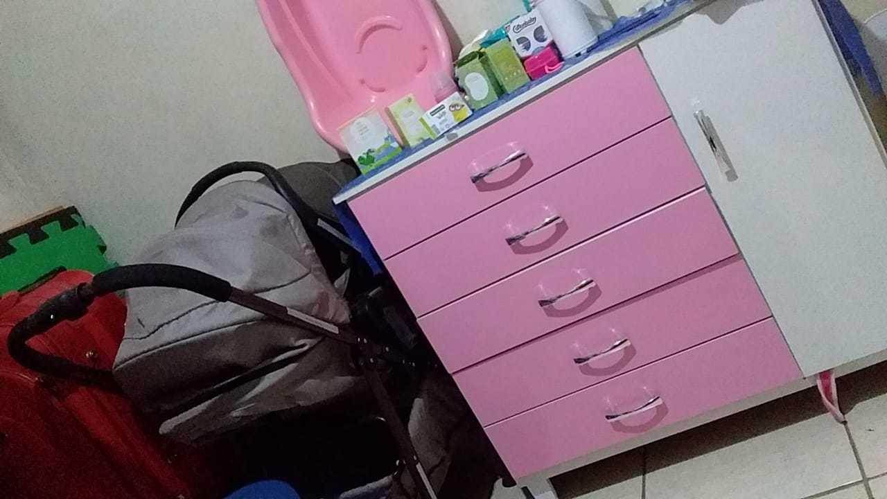 Cômoda rosa com produtos e uma banheira comprados e estão no quarto da bebê. (Foto: Arquivo pessoal)