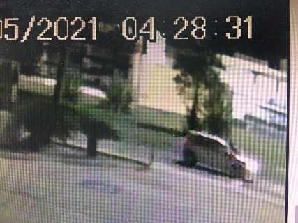 Vídeo mostra jovem em capô antes de acidente