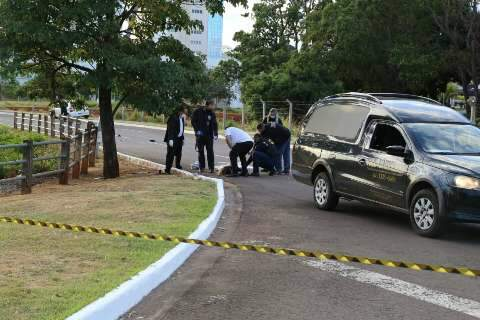 Mulher morre ao subir em capô de carro para impedir namorado bêbado de dirigir