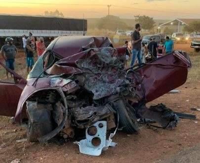Empresário morre e jovem fica ferido após colisão de carro em carreta
