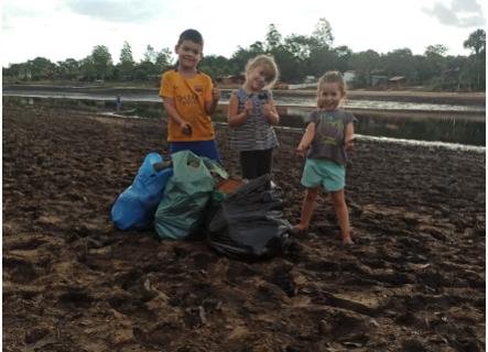 """""""Não pode jogar lixo"""", ensinam crianças ao catar 5 sacos de latinhas em lago"""