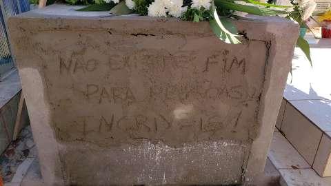 """""""Não existe fim para pessoas incríveis"""": frase de Mariana é deixada em sepultura"""