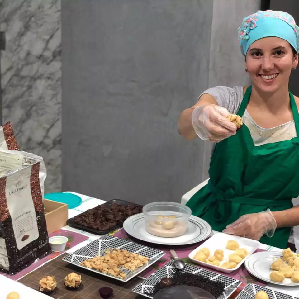 Depois do expediente, Rafaela faz doces com chocolate belga. (Foto: Arquivo Pessoal)