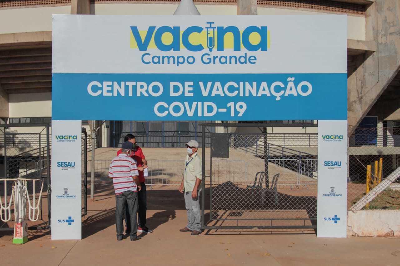 Vacinação não registrou filas ness manhã em vários locais, entre eles o ginásio Guanandizão (Foto: Marcos Maluf)