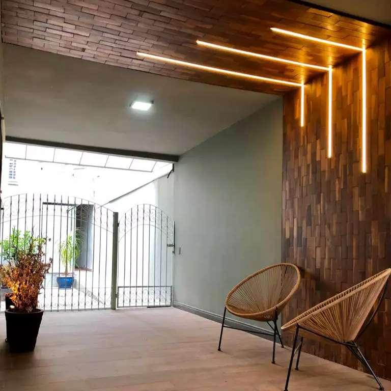 Em 60 dias, casa muda de cenário e piso de taco vira parede em corredor