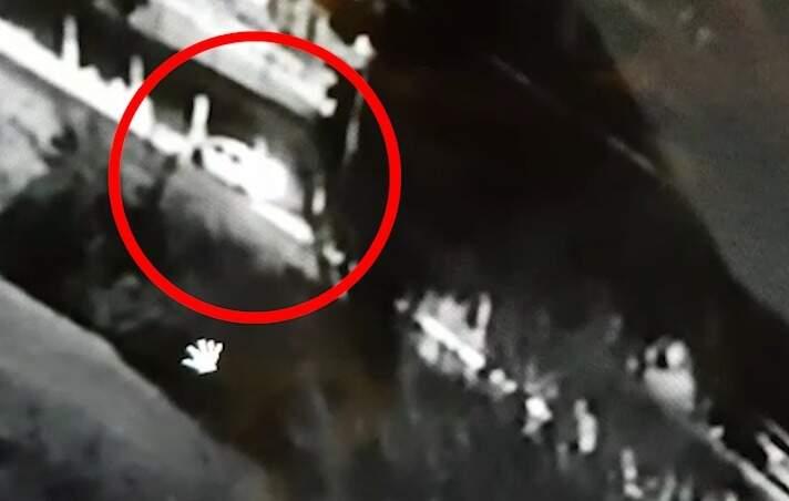 Toyota Etios parou a poucos metros do ponto onde jovem foi atropelada (Foto: Reprodução)