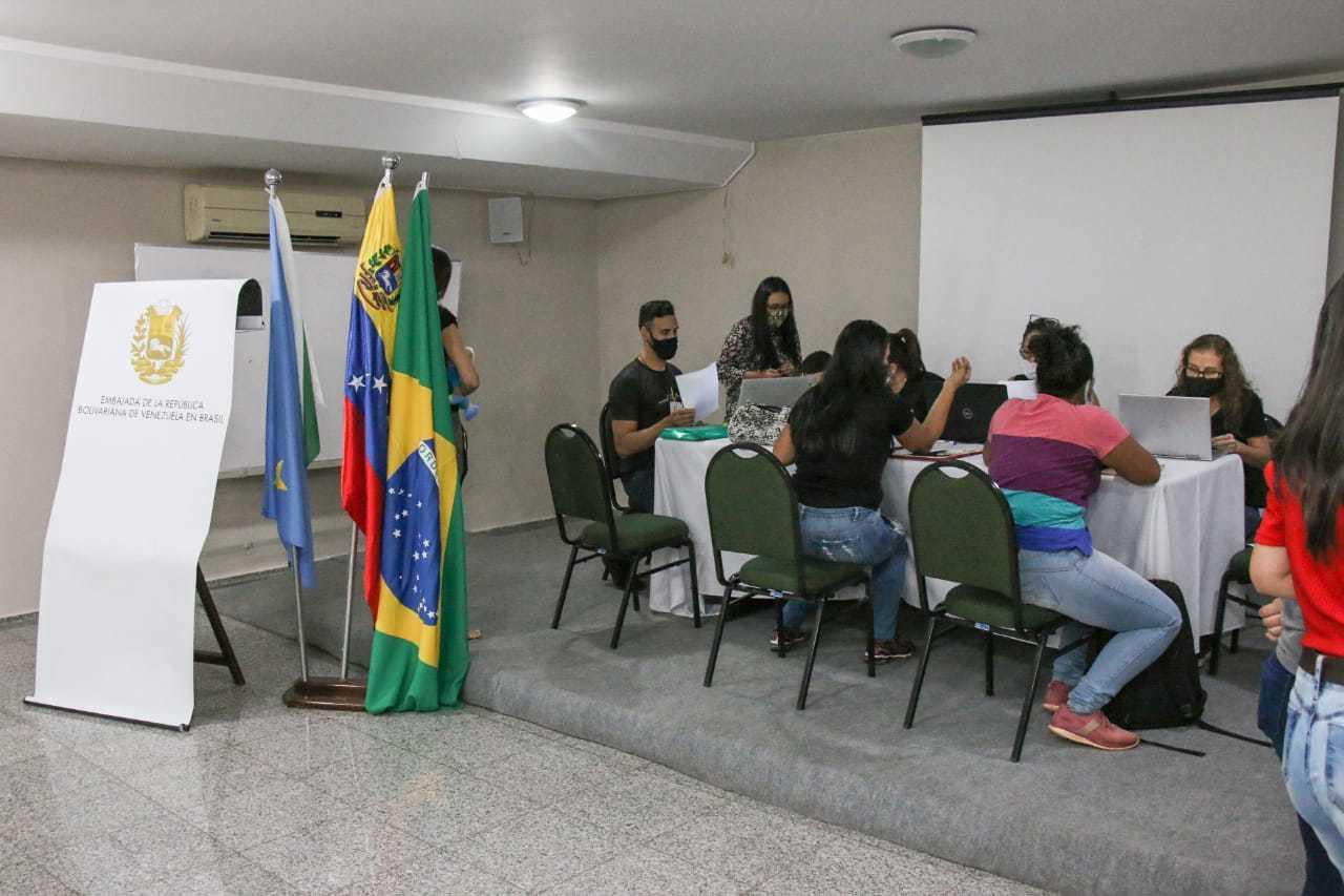 Atendentes fazem emissão de documentos para imigrantes. (Foto: Henrique Kawaminami)