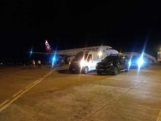 Avião da Latam em que as doses foram trazidas para a Capital, no começo desta noite. (Foto: Direto das Ruas)