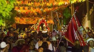 Procissão nas ruas de Corumbá, com santos em andores. (Foto: Governo de MS)