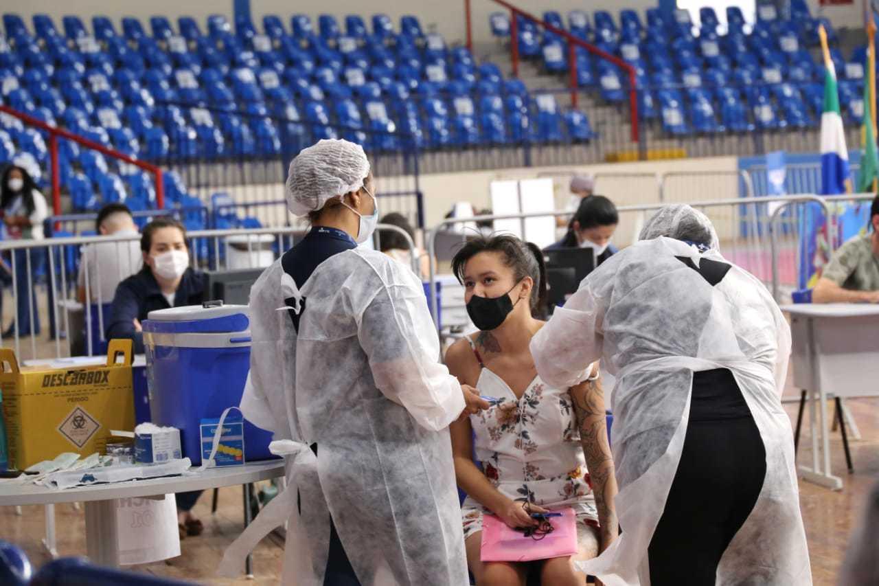 Mulher é vacinada no Ginásio Guanandizão. (Foto: Henrique Kawaminami/Arquivo)