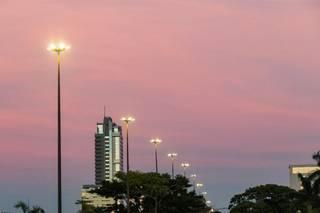 Céu amanheceu cor-de-rosa nesta quarta-feira em Campo Grande (Foto: Henrique Kawaminami)