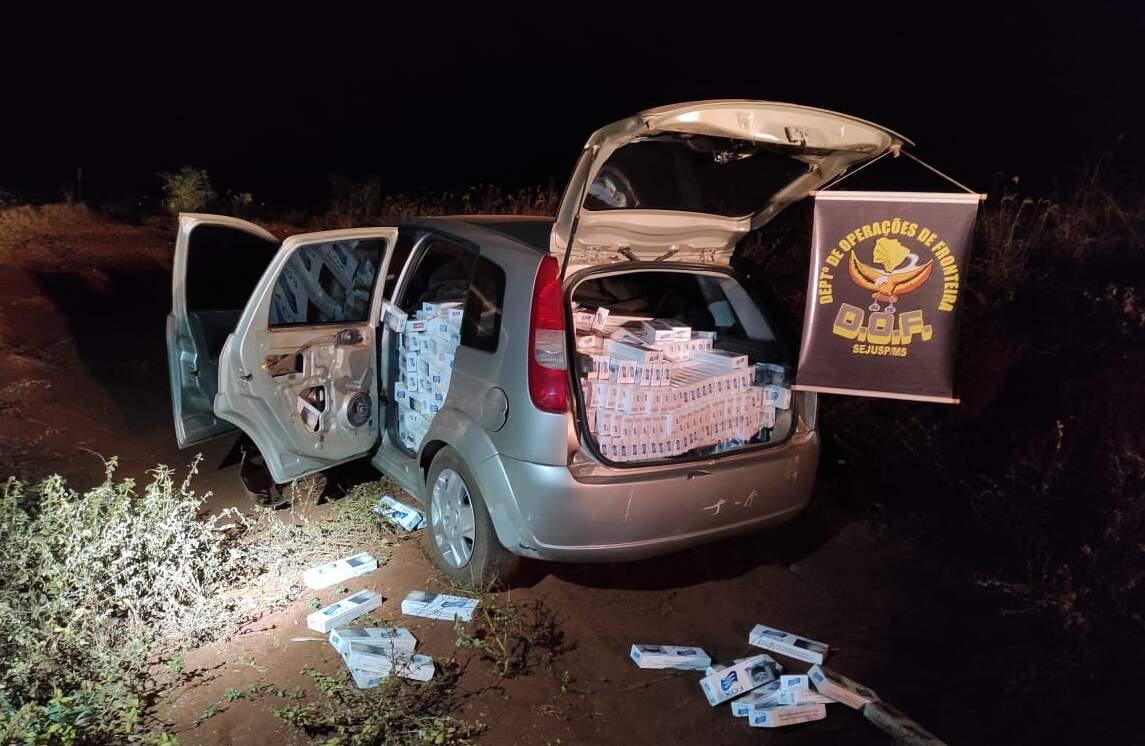 Veículo abarrotado com o produto contrabandeado. (Foto: Polícia Militar)