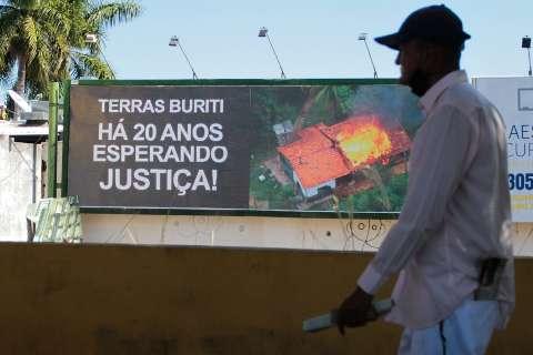 """Conflito de 20 anos é exibido em """"rua chique"""" para cobrar indenização por terras"""