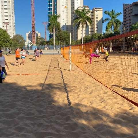 Pela distância, beach tennis vira febre com quadra em todo canto