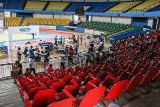 Cadeiras vazias no Guanandizão nesta sexta-feira. (Foto: Henrique Kawaminami)