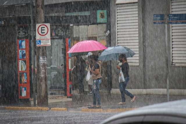 De olho na previsão, campo-grandenses tiram guarda-chuva do armário