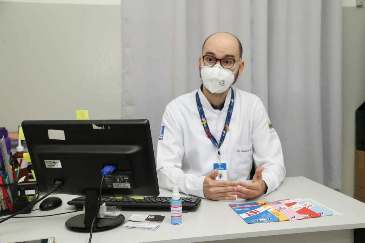 Doutor Roberto detalha todas as informações a respeito de prevenção contra ISTs. (Foto: Kísie Aionã)