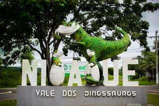 Uma reprodução do Abelissauro com seus filhotes está na entrada do Vale Dos Dinossauros (Foto: Secretaria de Turismo/Divulgação)