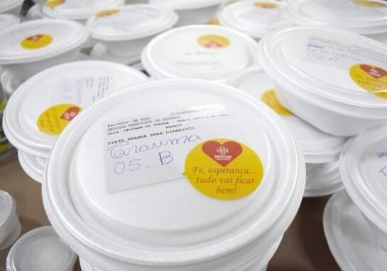 Santa Casa passou a adesivar marmitas com mensagens motivacionais (Foto: Santa Casa/Divulgação)
