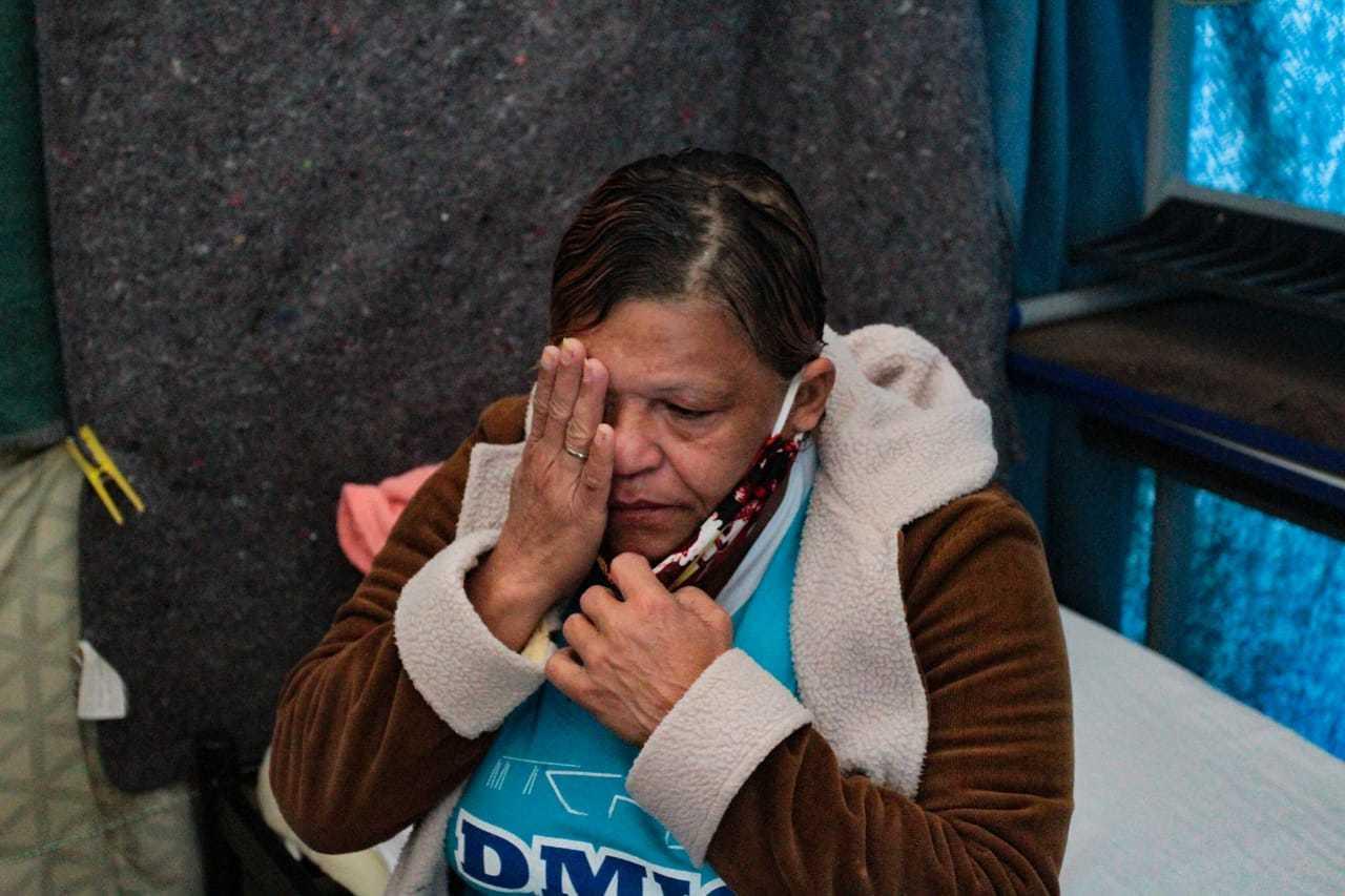Emocionada, Onísia relembra que estava presa enquanto a mãe morria. (Foto: Marcos Maluf)