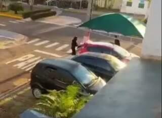 Policiais federais vistoriaram e levaram veículo de um dos alvos (Foto: Vídeo/Reprodução)