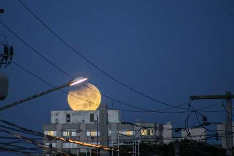 Quarta-feira amanhece com eclipse lunar, céu claro e temperaturas em elevação