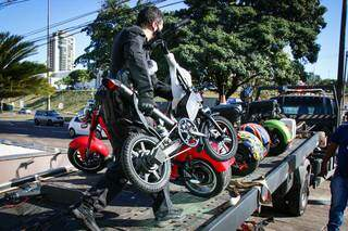 PF e Receita apreenderam 5 veículos elétricos em loja de hotel na Afonso Pena (Foto: Henrique Kawaminami)