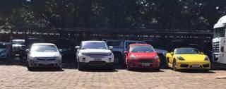 Carros apreendidos estão no pátio da Superintendência da PF em Campo Grande (Foto: Bruna Marques)