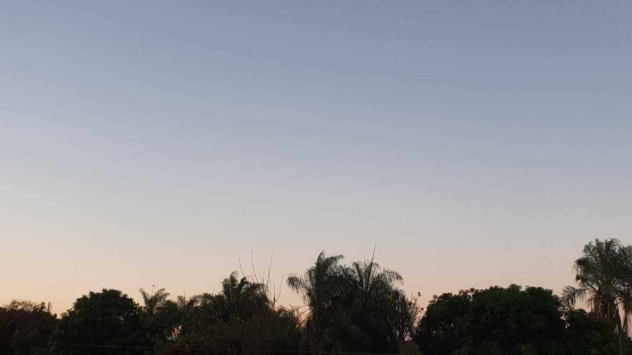 Amanhecer em Campo Grande, nesta quarta-feira, no bairro Tiradentes (Foto: Ana Oshiro)