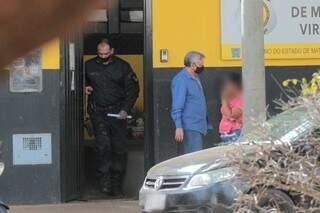 José Ivan saindo da unidade de monitoramento virtual para colocar tornozeleira. (Foto: Marcos Maluf)