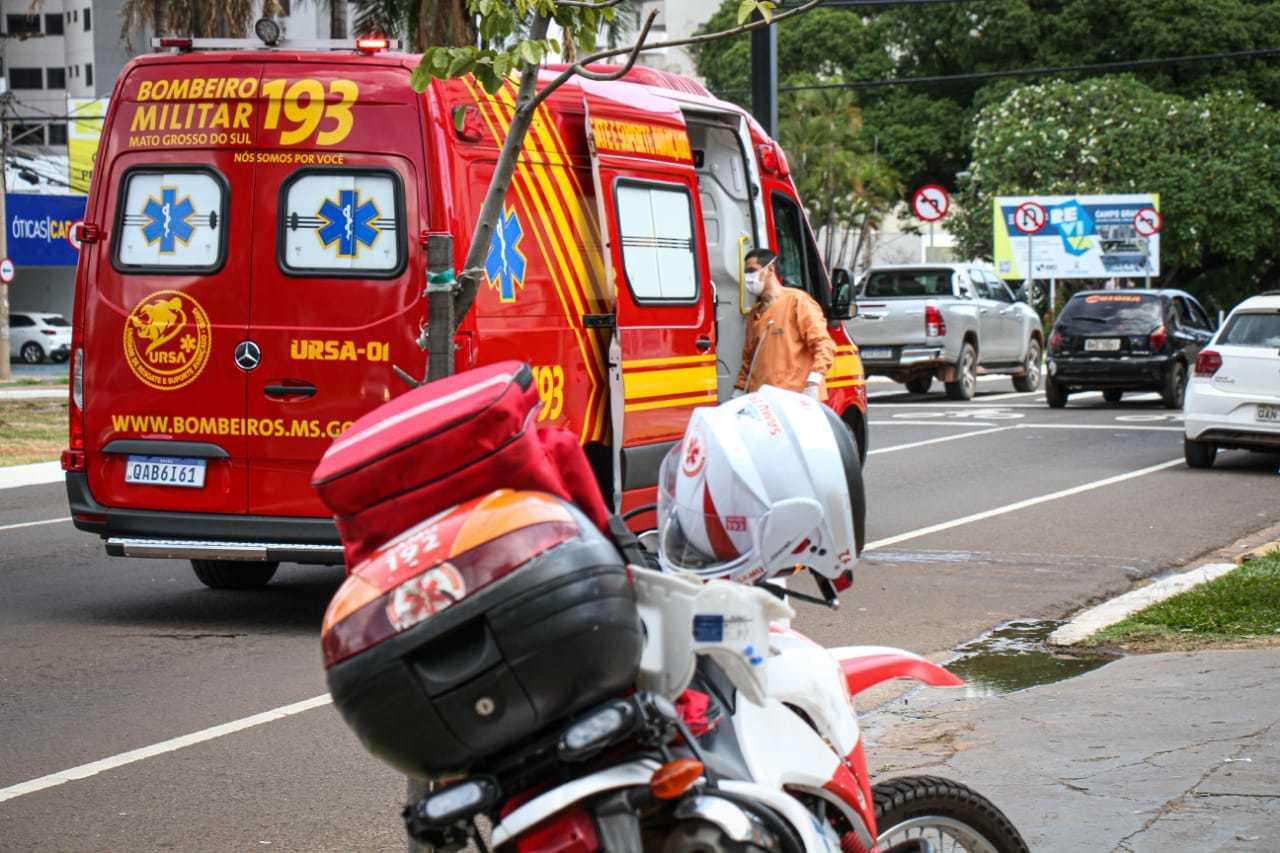 Ambulância do Corpo de Bombeiros prestou socorro à vice-prefeita. (Foto: Henrique Kawaminami)