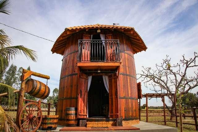 Em 30 dias, advogado constrói casa dentro de barril de vinho