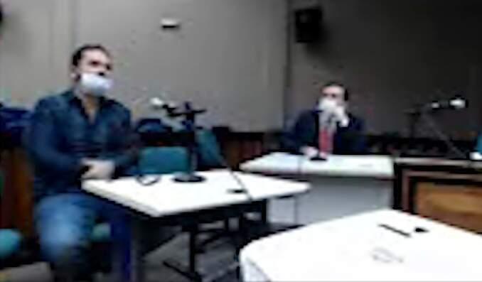 Patrick Issa (à esquerda) durante audiência de custódia.
