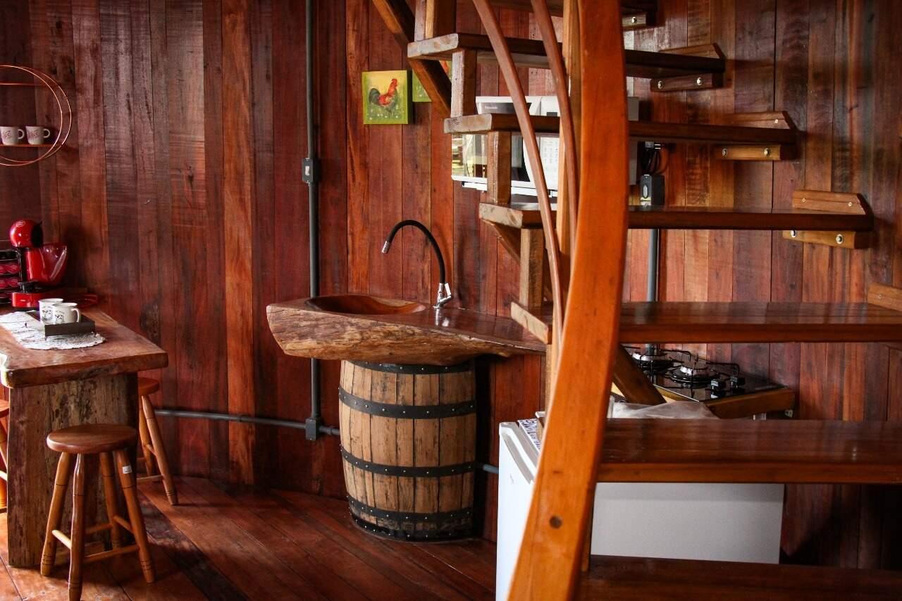 Casa tem muitos elementos em madeira e itens que foram reutilizados. (Foto: Henrique Kawaminami)