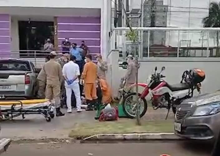 Vice-prefeita foi socorrida na calçada, onde desmaiou.