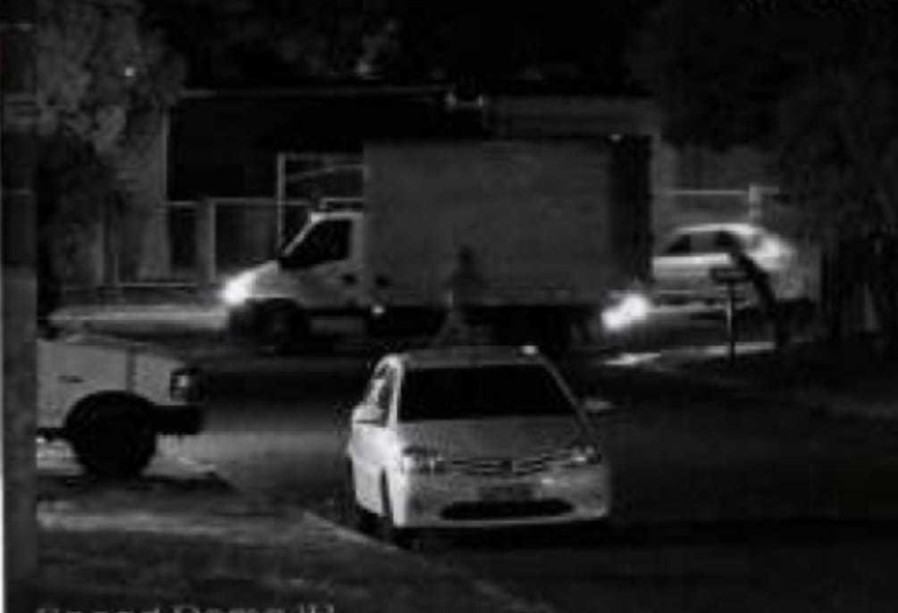 """Movimentação na frente de imóvel na Rua Minas Gerais que foi usado pelo bando. Segundo inquérito do Garras, caminhão está sendo guardado por """"Véio"""", que está preso, e """"Barba"""", que morreu. (Foto: Reprodução de processo)"""