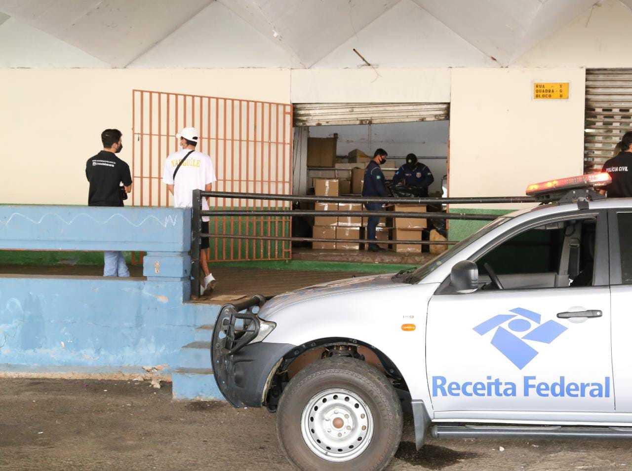 Carro da Receita Federal em apoio a operação na tarde desta segunda-feira (Foto: Kísie Ainoã)