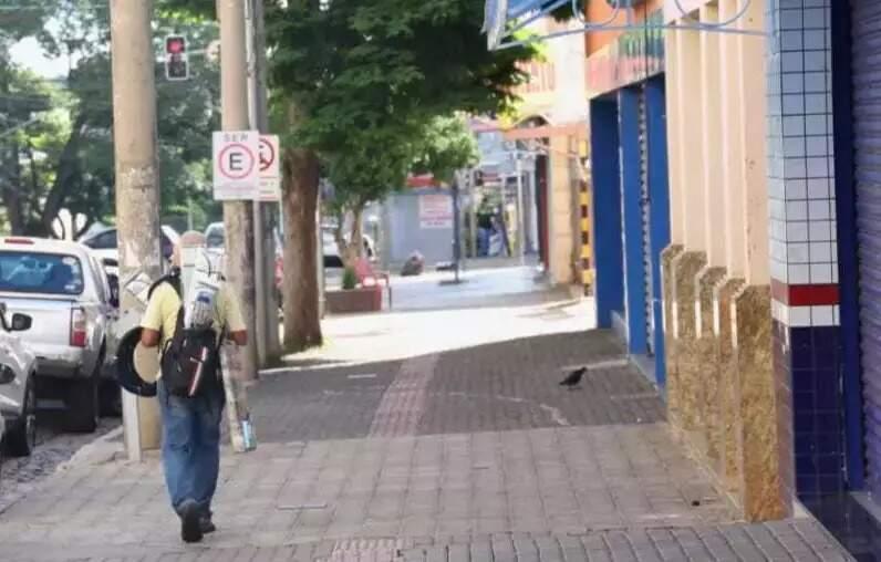 Pedrestre em calçada vazia no Centro de Campo Grande, quando adotou medidas mais restritivas (Foto: Paulo Francis/Arquivo)