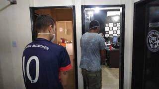 Os dois presos com maconha nesta terça-feira em Dourados (Foto: Adilson Domingos)