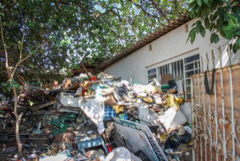 Preso com toneladas de lixo em casa é liberado, mas terá de procurar tratamento