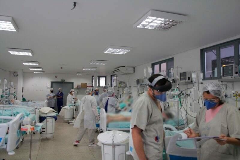 Profissionais trabalham em leitos de UTI lotados no Hospital da Vida (Foto: Divulgação)