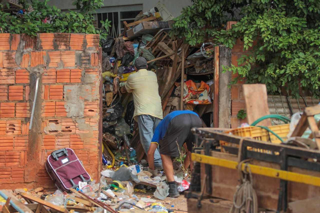 Trabalhadores foi contratato pra fazer a limpeza do imóvel (Fotos Marcos Maluf)