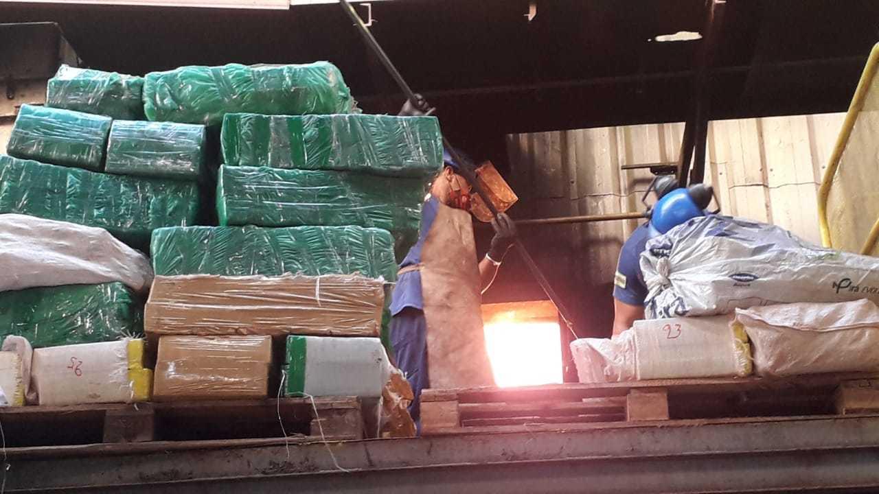 Fardos de maconha empilhados em frente ao forno onde droga é destruída (Foto: Divulgação)