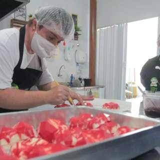 Chefs com Síndrome de Down fazem receita para mês ser mais romântico