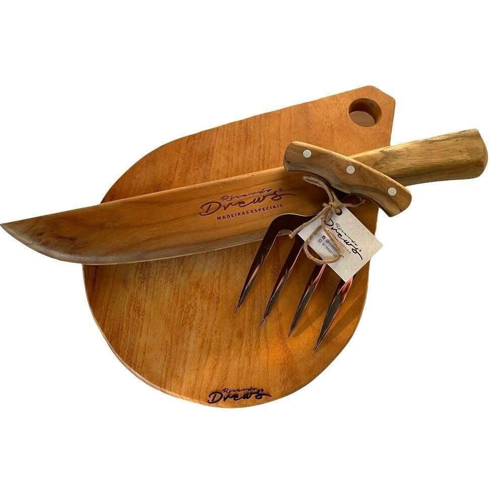 Kit personalizado com tábua, garfo de churrasco e faca de madeira. (Foto: Divulgação)