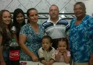 Dona Iva, última à direita, em foto com a família. (Foto: Arquivo pessoal)