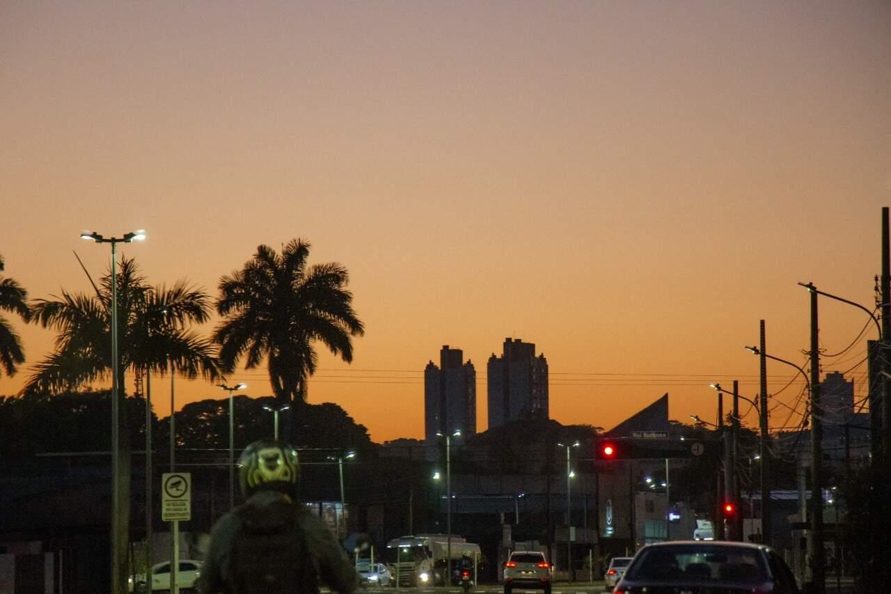 Amanhecer em Campo Grande visto pela Av. Fernando Corrêa da Costa (Foto: Henrique Kawaminami)