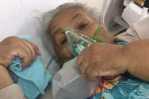 Na prioridade aos jovens, mulher vê mãe de 82 anos morrer sem UTI